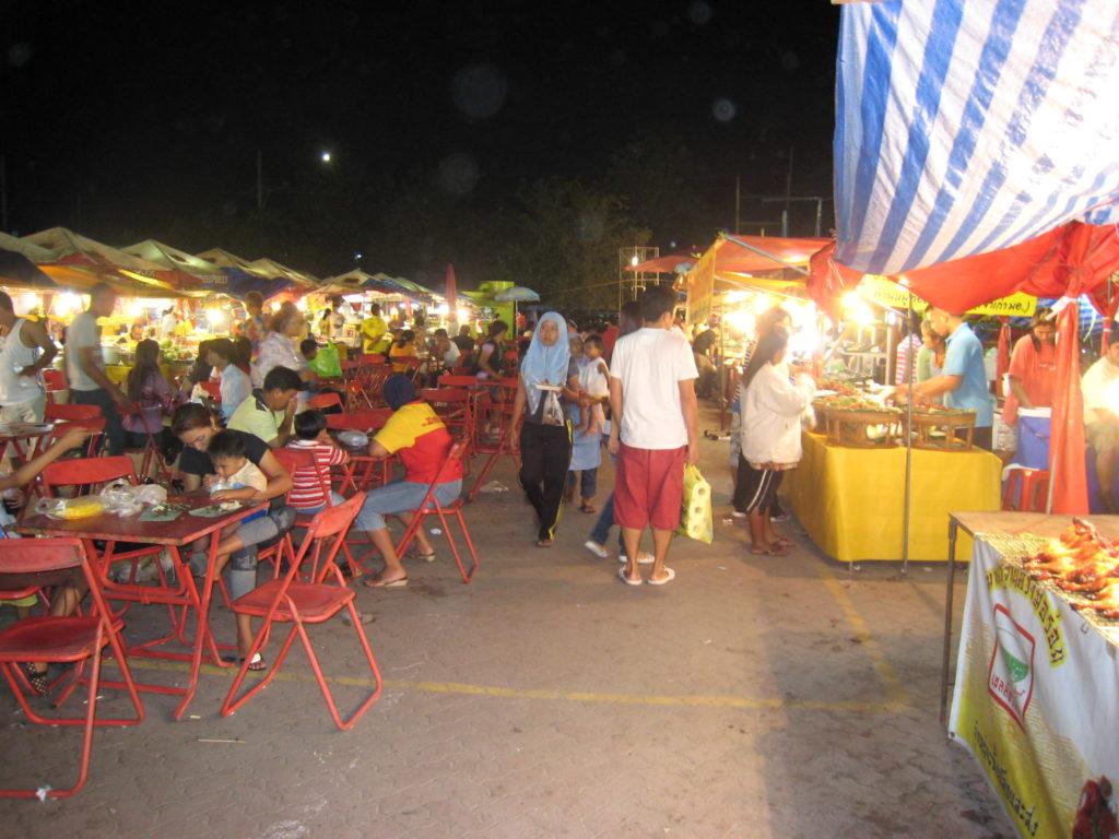 タイアユタヤ側のナイトマーケット