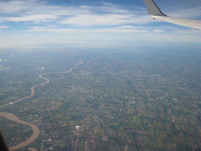 飛行機の窓より眺めた風景