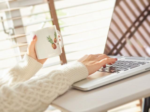 パソコンでYouTubeを見ている女性のイメージ