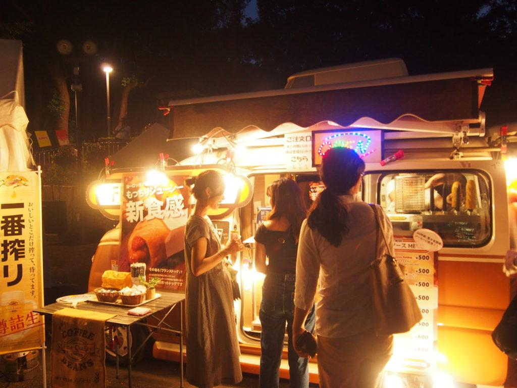 新宿の野外映画の屋台