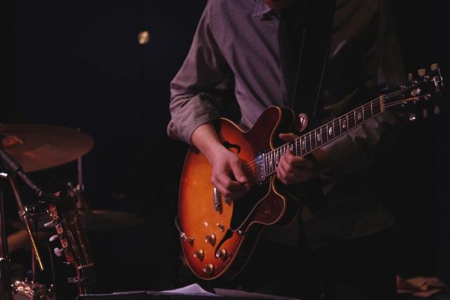 ギターを演奏するシンガー