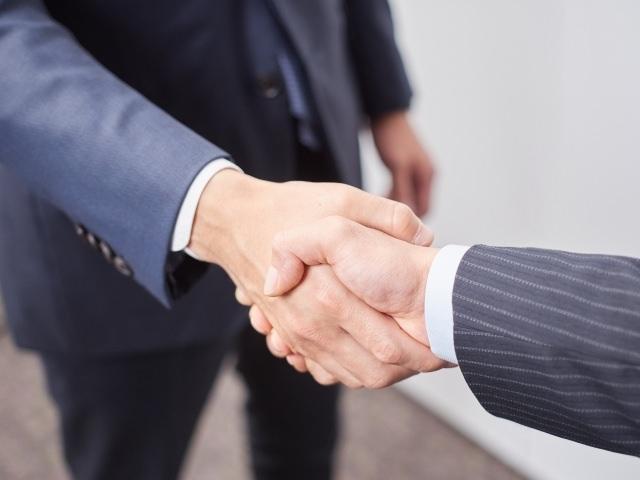 握手(プロの通訳者イメージ)