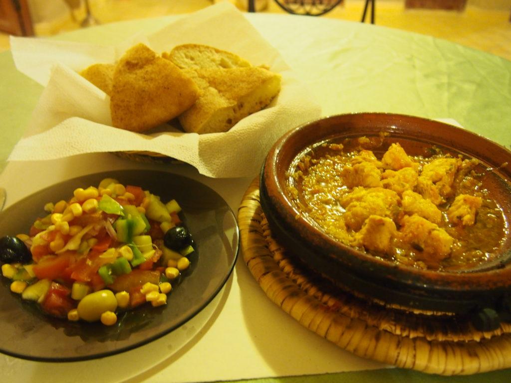 宿での料理(タジンとモロッコサラダとパン)