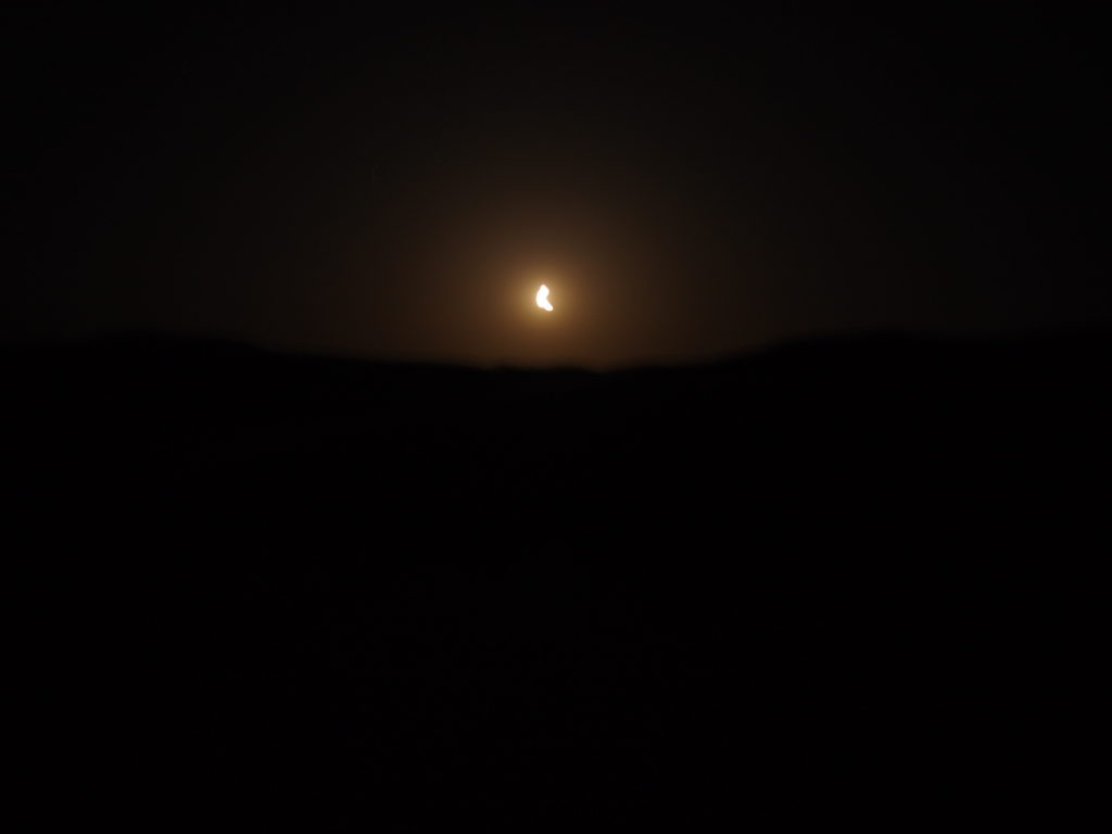 サハラ砂漠の月と星