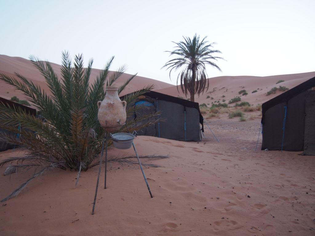 朝の砂漠とテント