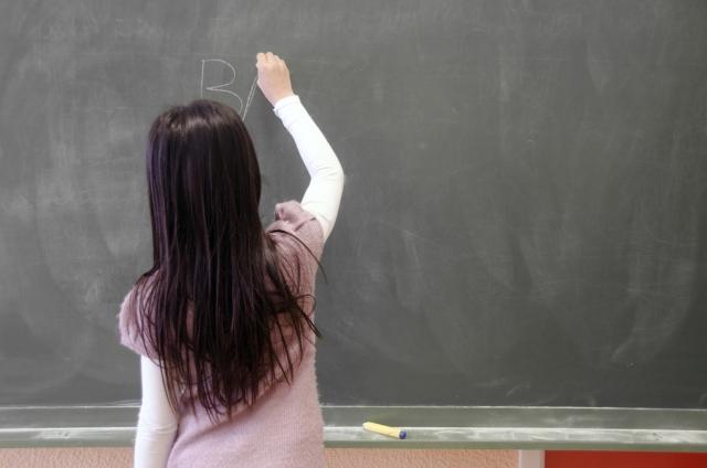 英語を黒板に書く生徒(台湾の英語教育イメージ画像)