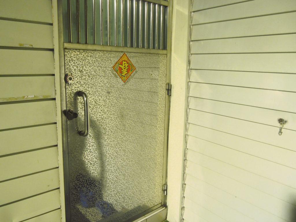 ドミトリールームの建物の扉