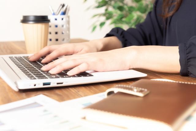 パソコン作業をする女性の手(ランサーズ・クラウドワークスを活用するイメージ画像)