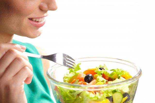 歯ごたえがある・シャキシャキする等食感の英語イメージ(野菜を食べる女性)